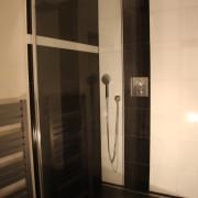 kamenný obklad, mramorový obklad luxusní koupelny, skleněná zástěna