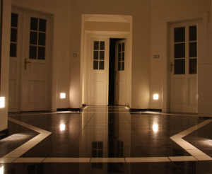 rekonstrukce vstupní haly, leštěná černá žula, bílý mramor