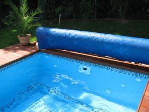 skleněná mozaika betonového bazénu a protiproud