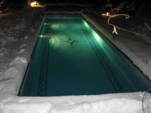 betonový bazén se slanou vodou v zimě