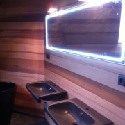 dřevěná koupelna, podsvícené zrcadlo