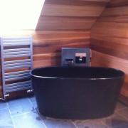 volně stojící vana, obklad stěn z cedrového dřeva