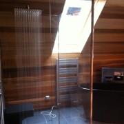 sprcha v dřevěné koupelně, deštění