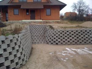 svahová zeď a schody před rodinným domem